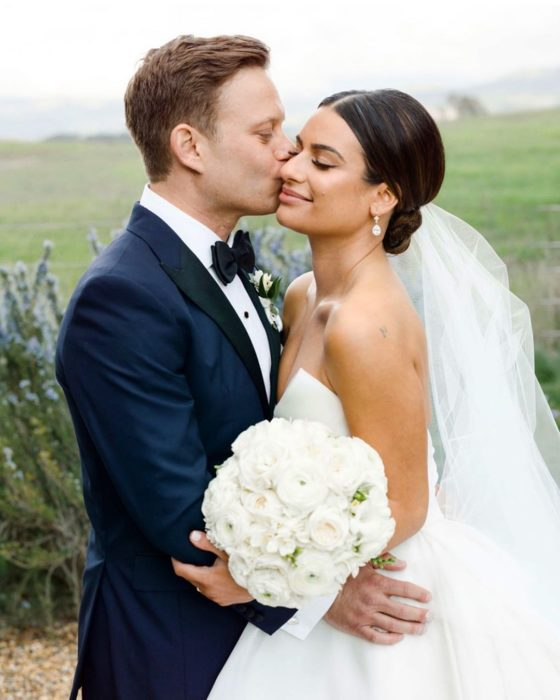 Actriz de Glee, Lea Michele, está embarazada de su primer hijo con Zandy Reich; pareja de recién casados con traje y vestido de boda