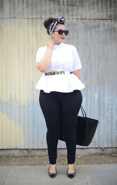 Chica usando un outfit con cinturón