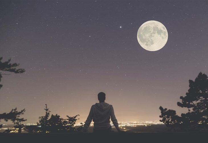 Persona mirando la luna llena