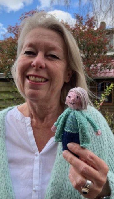 Ingeborg Van der Duin naestra que teje muñecos para sus alumnos