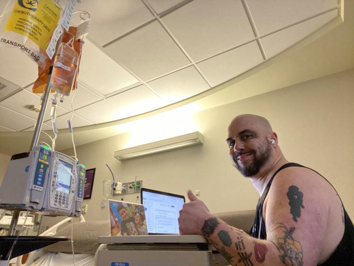 Wil Loesel maestro que recibe quimioterapias y enseña a sus alumnos en línea