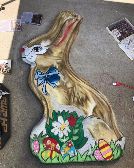 Conejo de pascua dibujado con tiza