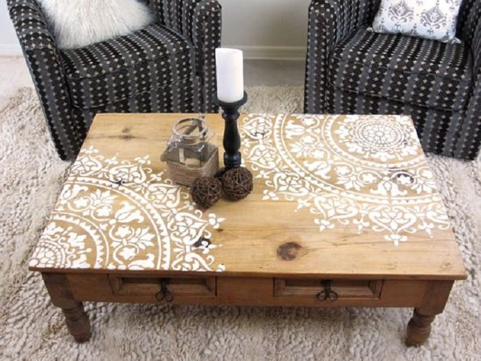 Mandala pintado sobre mesa de madera
