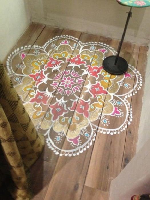 mandala pintado en piso de madera