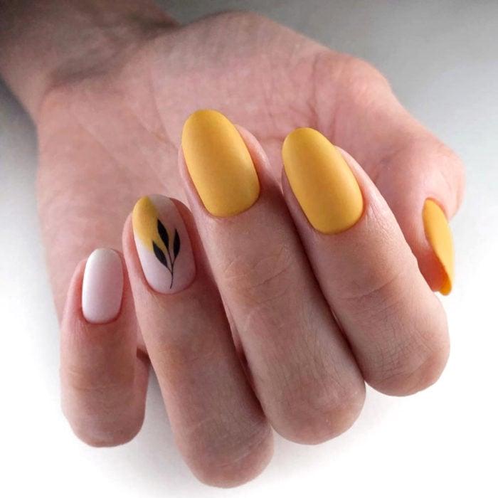 Diseños de manicure; uñas de almendra amarillas con flor