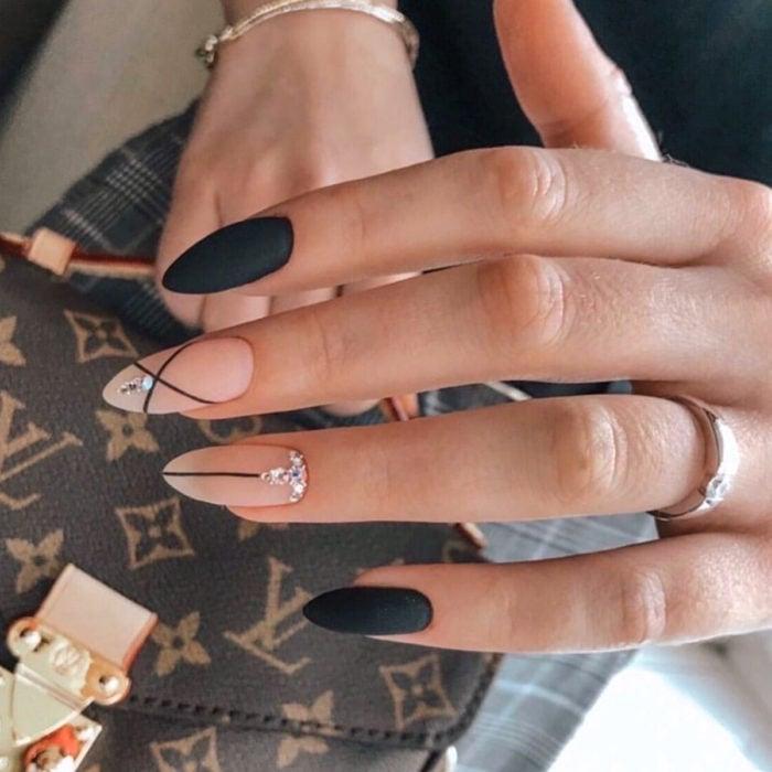 Diseños de manicure; uñas stiletto color negro y nude