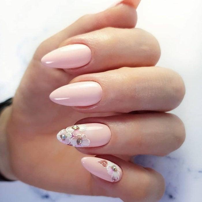 Diseños de manicure; uñas almendra colo rosa con flores