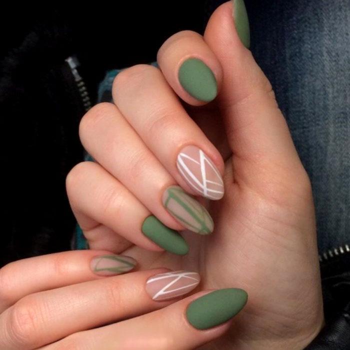 Diseños de manicure; uñas almendra colo verde con líneas