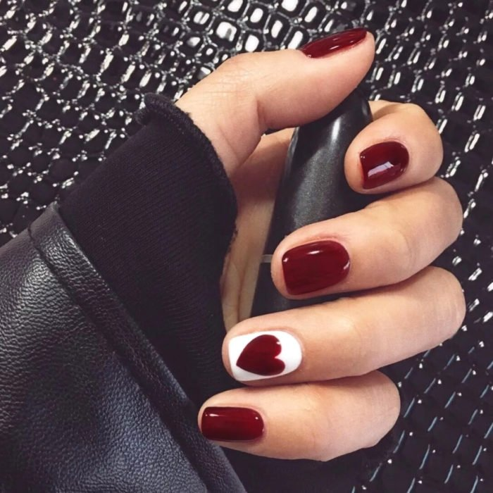 Diseños de manicure; uñas cuadradas color rojo vino con corazón