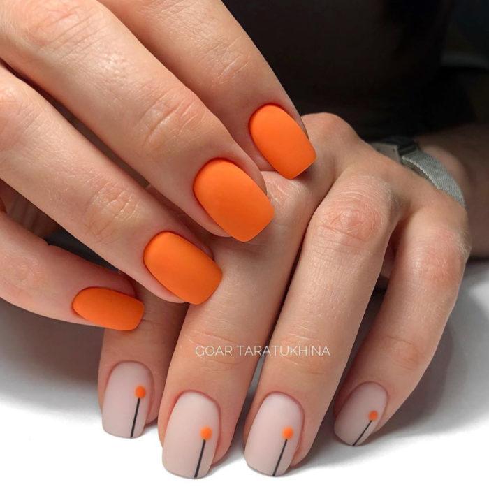 Diseños de manicure; uñas cuadradas anaranjadas con puntos