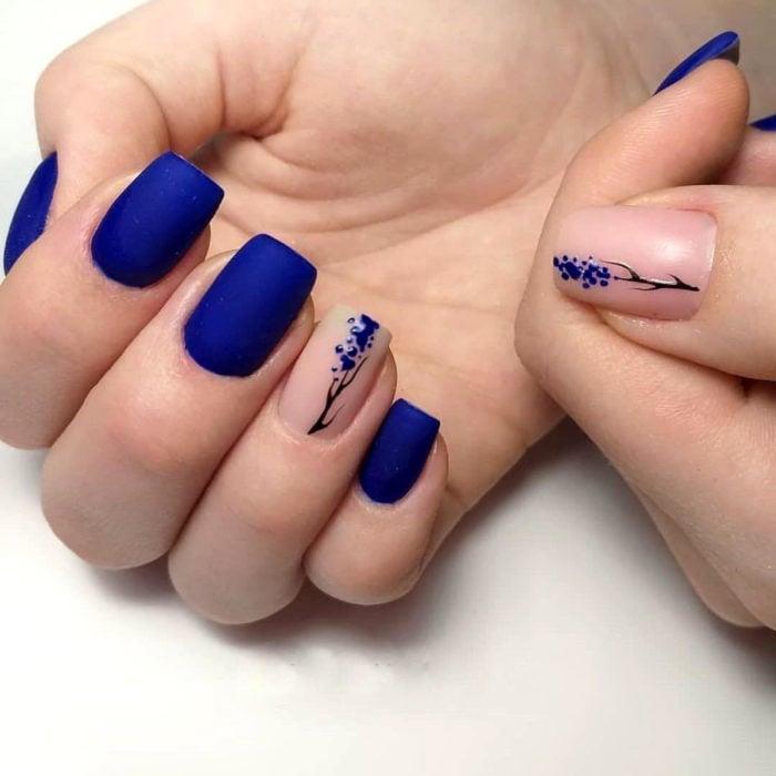 Diseños de manicure; uñas cuadradas azul rey con flores