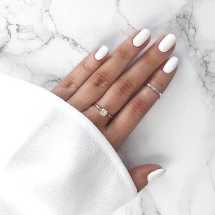 Diseños de manicure; uñas de almendra blancas