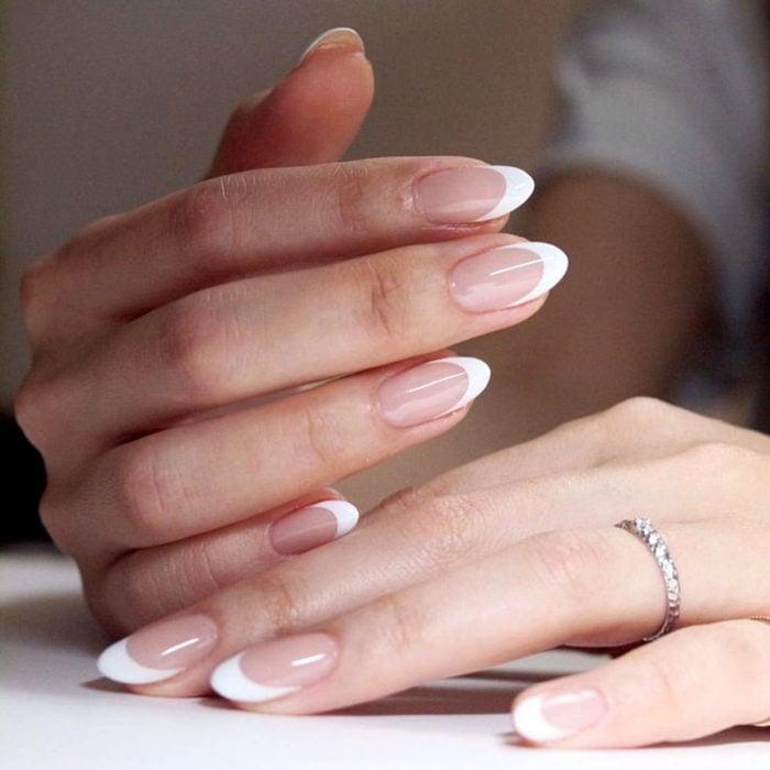 Diseños de manicure; uñas francesas blancas