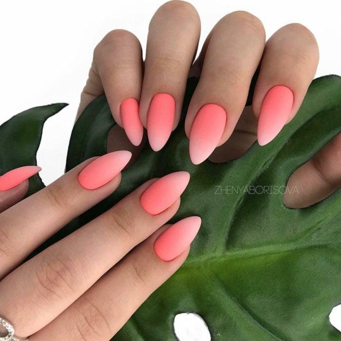Diseños de manicure; uñas stiletto durazno