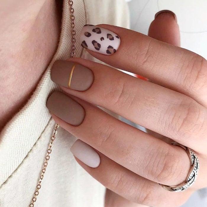 Diseños de manicure; uñas cuadradas color café con animal print