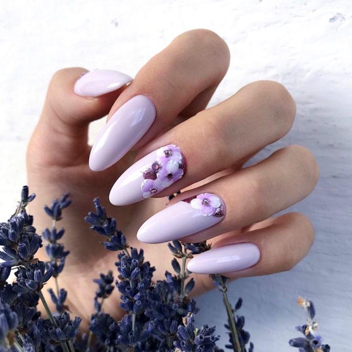 Diseños de manicure; uñas almendra color lila con flores