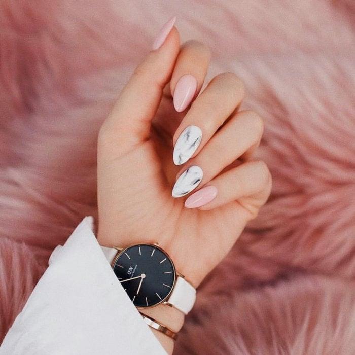Diseños de manicure; uñas rosas y blancas de mármol en forma de almendra