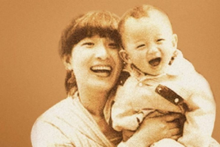 Mao de bebé y su madre