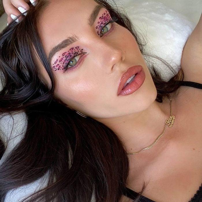 Chica con sombras rosas en animal print