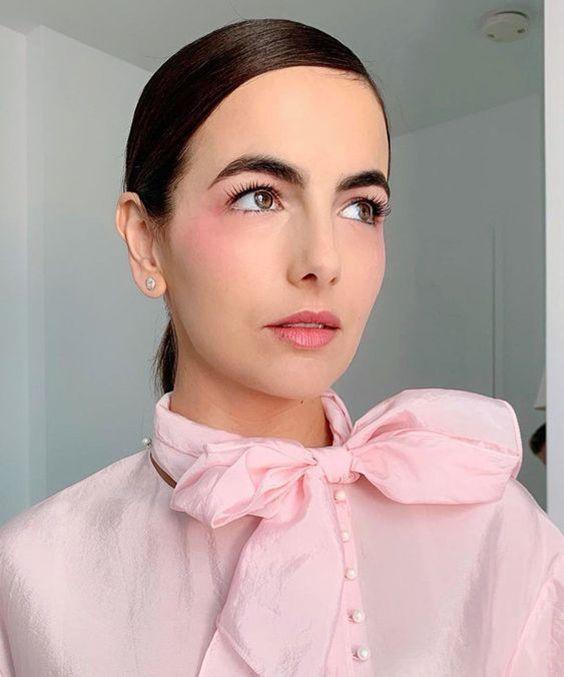 Camilla Belle con rubor rosa