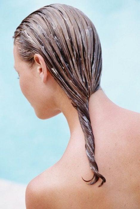 Mujer que se acaba de aplicar mascarilla para el cabello