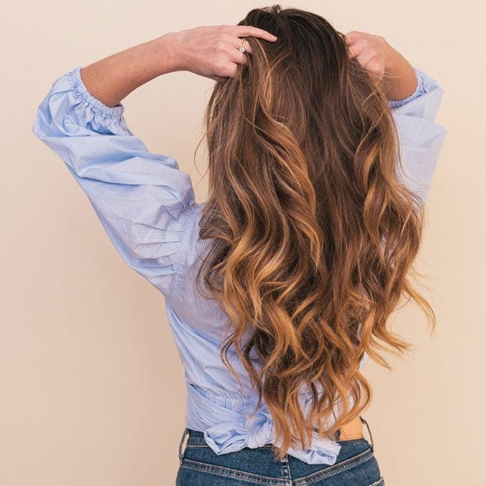 Mujer con cabello sedoso y abundante