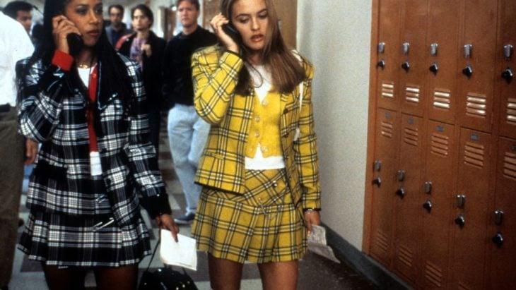 Alicia Silverstone usando un traje de color amarillo en la película Clueless