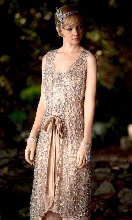 Carey Mulligan usando un vestido beige en la películaEl Gran Gatsby