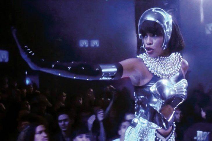 Whitney Houston usando un traje metálico en la película El Guardaespaldas