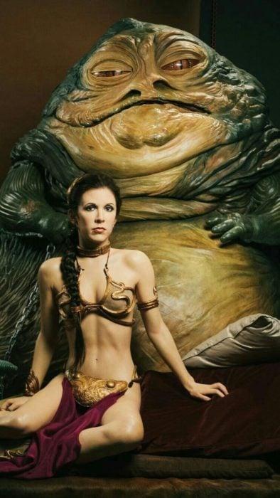 Carrie Fisher usando un vestido de top y falda en la película Star Wars