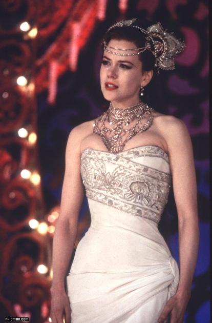 Nicole Kidman usando un vestido de color blanco en la película Moulin Rouge