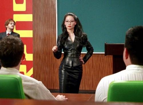 Lucy Liu usando un vestido de cuero en la películaLos Ángeles de Charlie