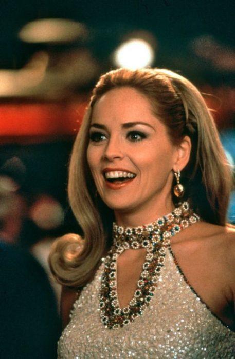 Sharon Stone usando un vestido blanco de lentejuelas en la película Casino