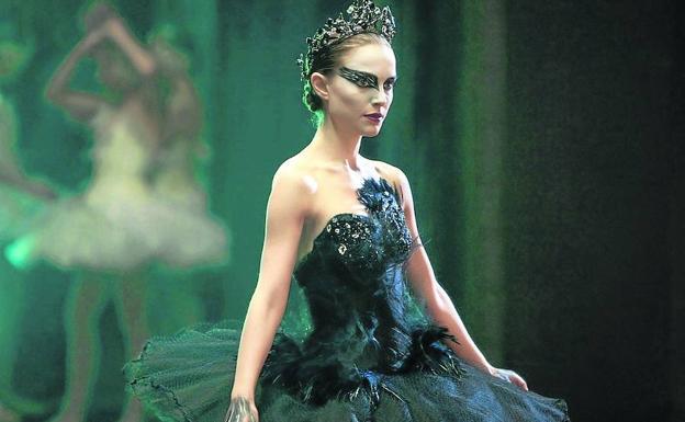 Natalie Portman usando un vestido negro en la películaEl cisne negro