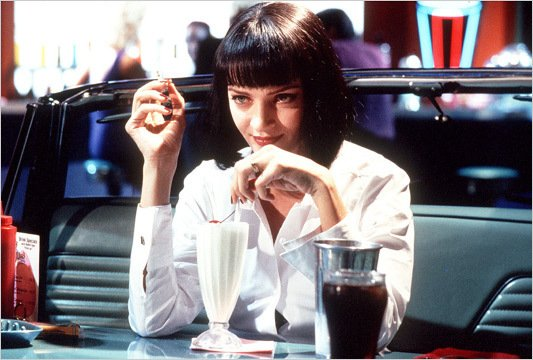 Uma Thurman usando una camisa de color blanco en la película Pulp Fiction