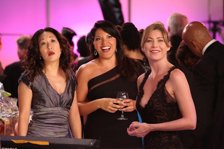 Escena de Grey's Anatomy en la que Mer, Cristina y Callie visten de gala