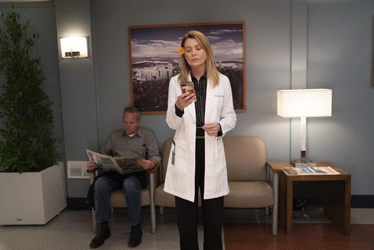 Escena de Grey's Anatomy donde Mer mira su celular