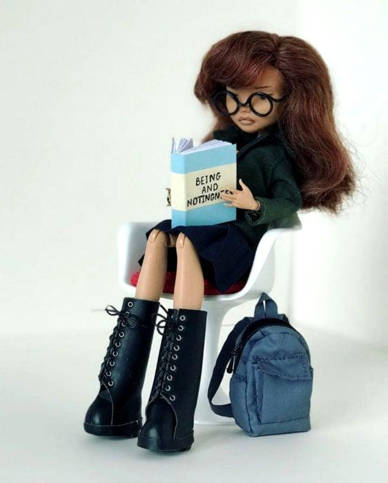 Artista rusa Arty Ooak Dolls tranforma muñecas Monster High en personajes de caricaturas y películas; Daria Morgendorffer leyendo