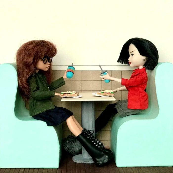 Artista rusa Arty Ooak Dolls tranforma muñecas Monster High en personajes de caricaturas y películas; Daria Morgendorffer y Jane Lane comiendo pizza