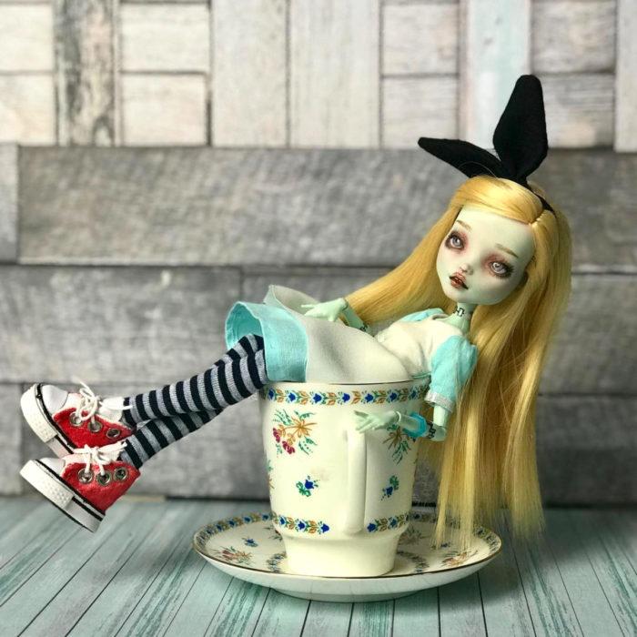 Artista rusa Arty Ooak Dolls tranforma muñecas Monster High en personajes de caricaturas y películas; Alicia en el país de las maravillas