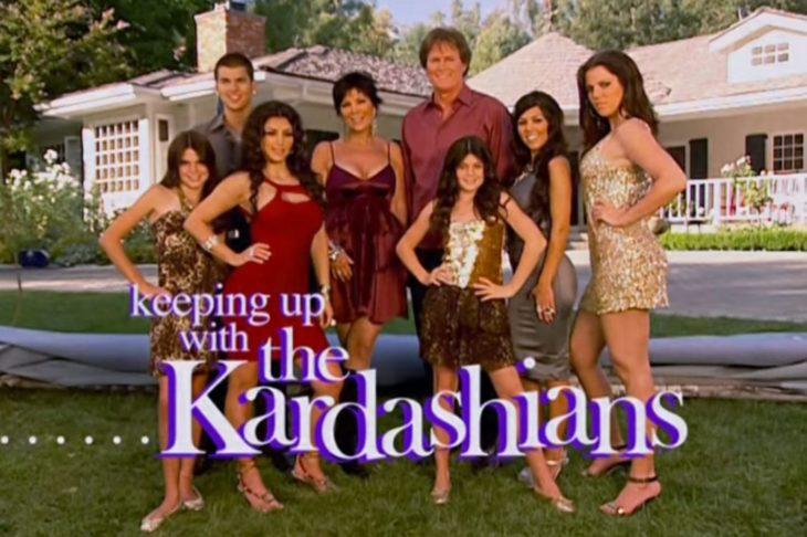 La familia Kardashian reunida frente a un portón