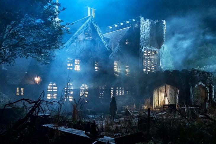 Casa antigua de dos pisos a mitad d ela noche usada para el set de Hill House