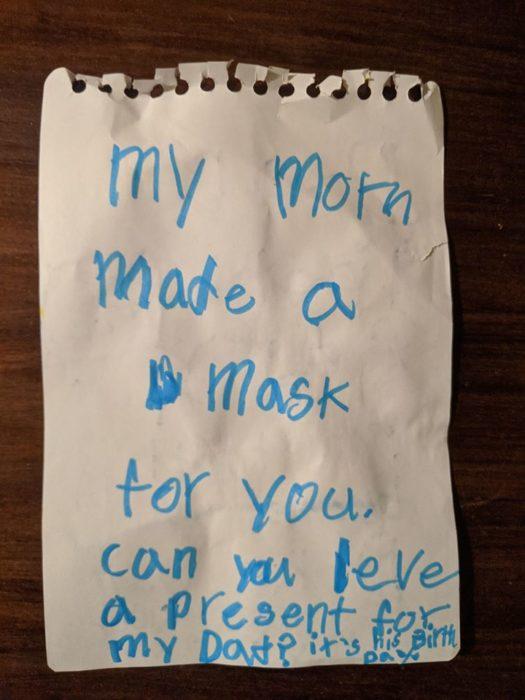 Niña le pide a su mamá hacer un cubrebocas para el hada de los diente