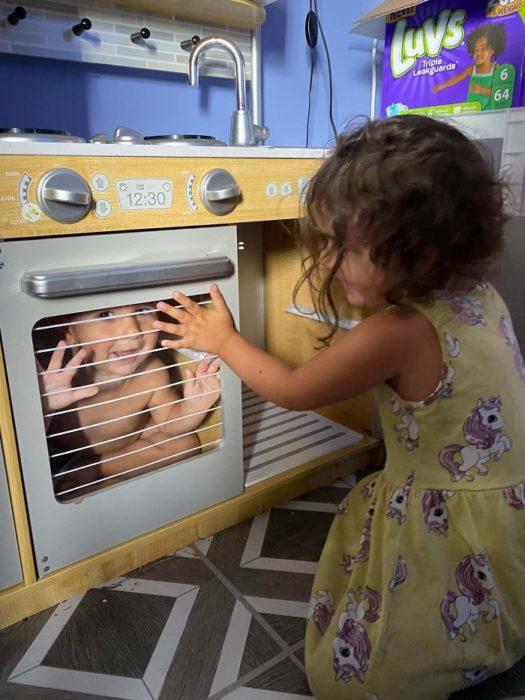 Niña que encerró a su hermano dentro del horno de la cocina de juguete