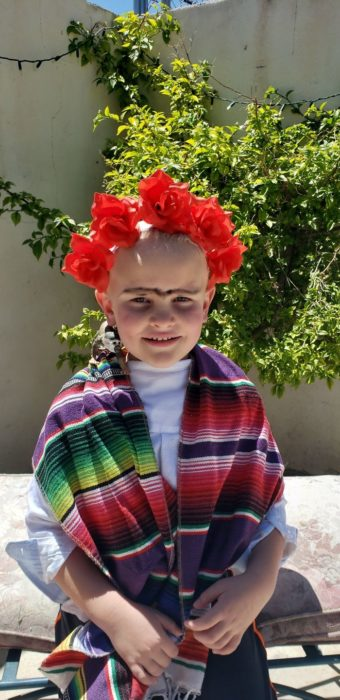 Niño vestido como Frida Khalo