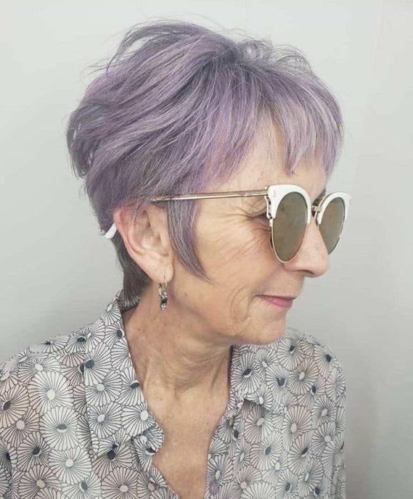 Anciana con cabello corto color lavanda