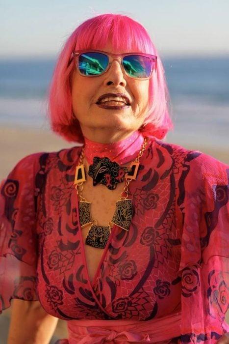 Mujer madura con melena corta rosa