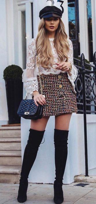 Chica usando un outfit inspirado en Lara Jean con falda de cuadros, boina y botas altas