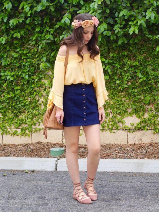 Chica usando un outfit inspirado en Lara Jean con falda y blusa de color amarillo