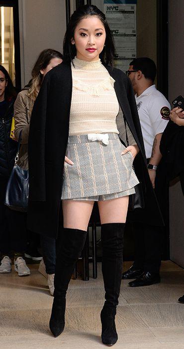 Chica usando un outfit inspirado en Lara Jean con una falda de cuadros, botas altas y blusa amarilla